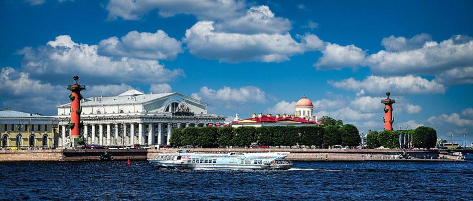 alte Börse und die beiden Leuchttürme bei einem Ausflug St Petersburg