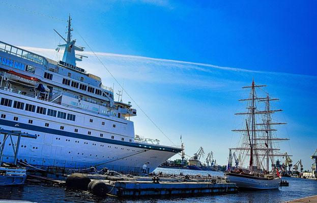 Passagierschiff an der Uferstraße in St Petersburg