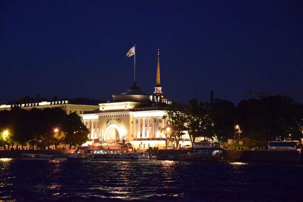 Admiralität bei Nacht von der Newa aus