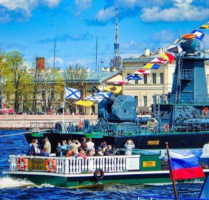 Reisegäste bei der Bootsfahrt am Feiertag