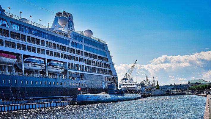 Passagierschiff und U Boot an der Leutnant Schmitt Uferstraße  Sankt Petersburg