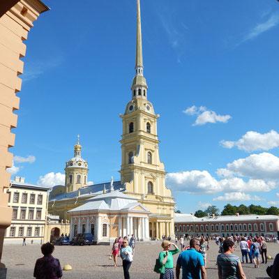 Die Kathedrale der Peter und Paul Festung - Blick vom Eingangstor aus