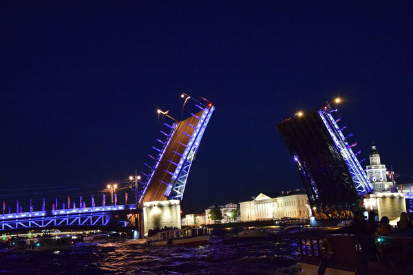offene Brücke bei Nacht