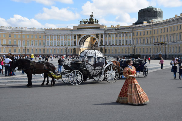 auf dem Palastplatz Blick von der Eremitage mit Pferdekutsche und Puppe