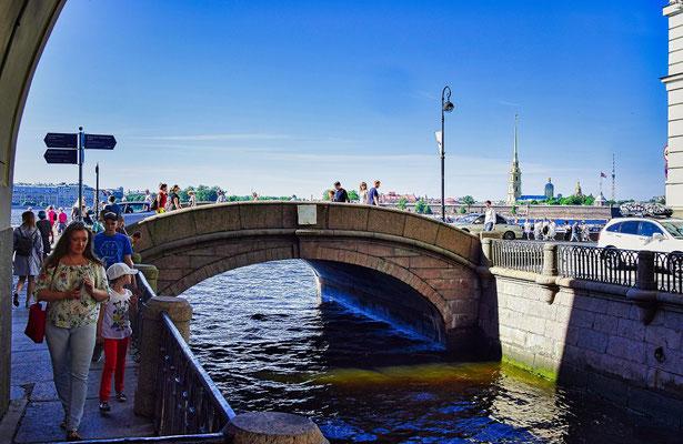 kleine Brücke zur Newa an der Eremitage