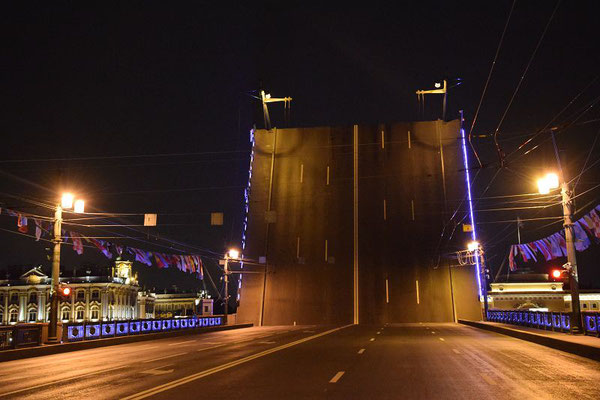 offene Brücke von der Straßenseite