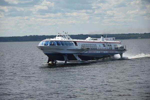 ein Tragflächenboot in Schnellfahrt