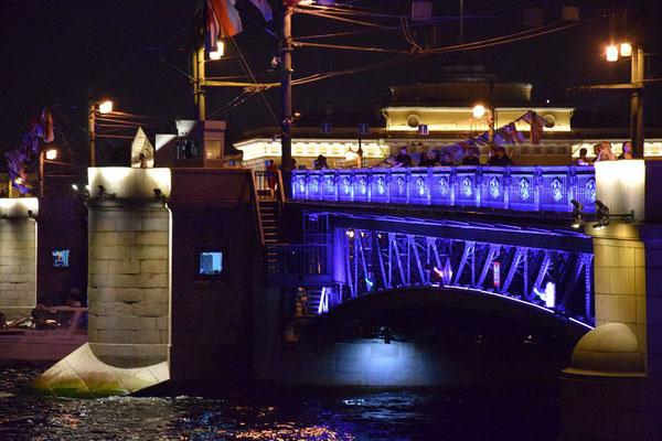 Teil der beleuchteten Brücke