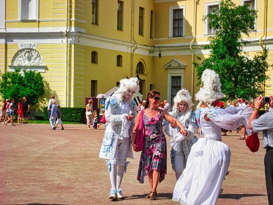 Pupen vor dem Schloß in Pawlowsk