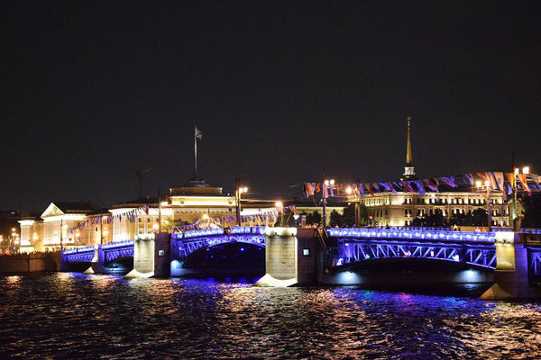 Palastbrücke beleuchtet