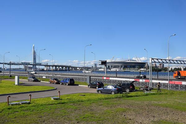 das neue Zenit-Stadion und die Schnellstraße