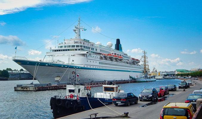 die Albatros liegt an der Uferstraße in Sankt Petersburg