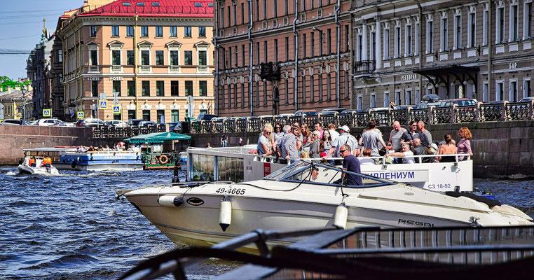 Reisegäste auf einem Ausflugsschiff