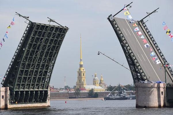 geöffnete Brücke - im Hintergrund die Peter Paul Festung