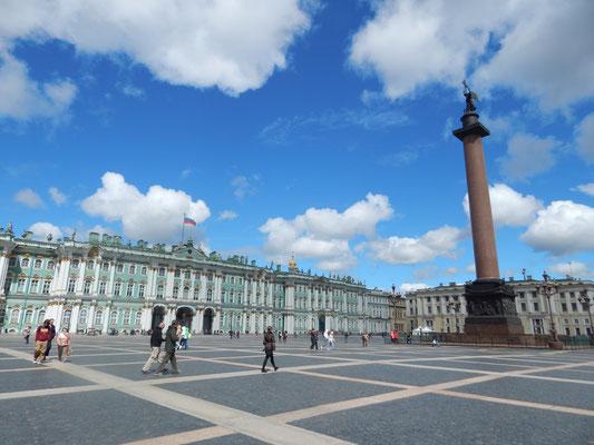 Palastplatz mit Siegessäule und Eremitage in St. Petersburg