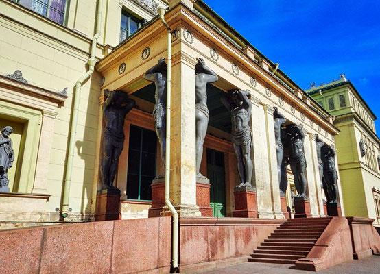 Atlanten an der neuen Eremitage in St Petersburg
