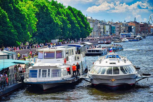Anlegestelle mit Boot und Tragflächenboot
