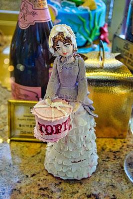 Figur mit Torte