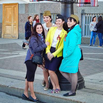 im Zentrum Sankt Petersburg junge Mädchen am Feiertag