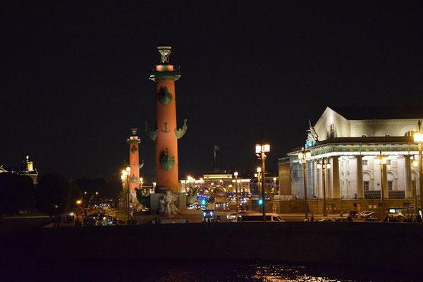Leuchttürme und Börse bei Nacht