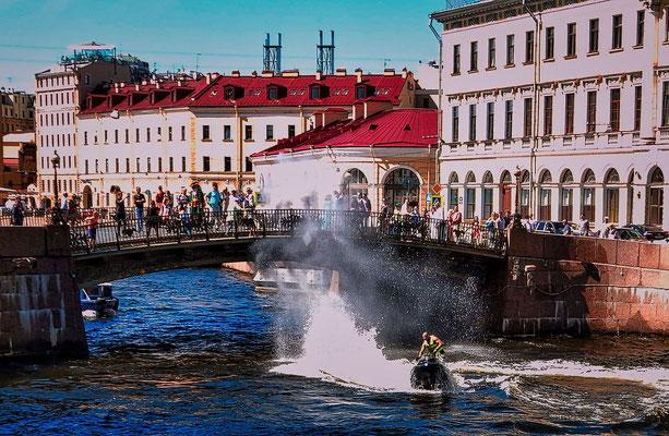 am Kanal Jet-Ski bespritzt die Besucher