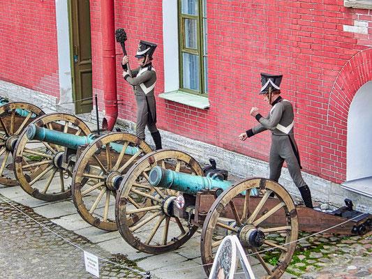 Soldaten und Kanonen auf der Festung