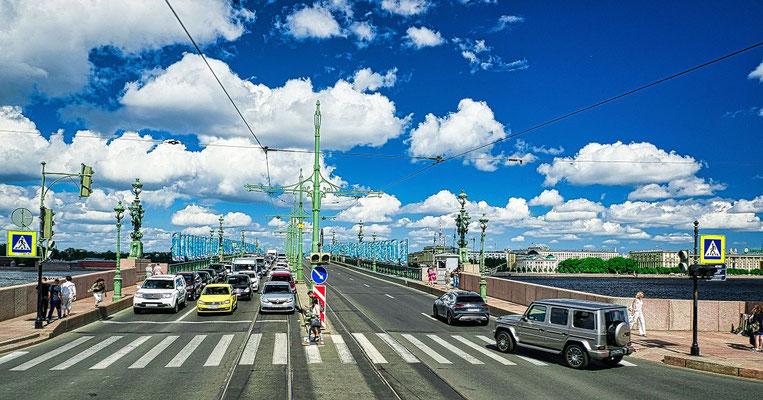Troitskiy Brücke bei einer Stadtrundfahrt
