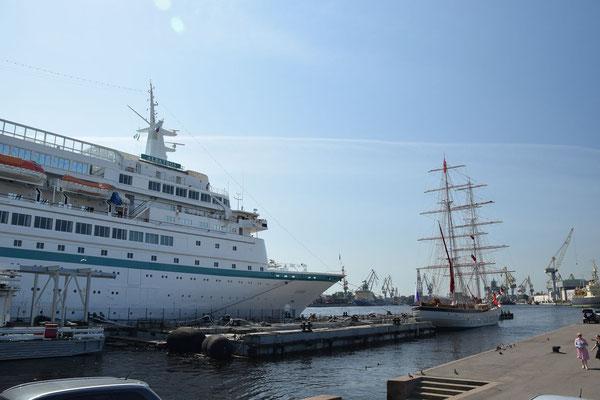 Passagierschiff auf der Newa