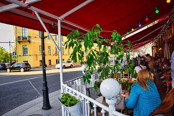 Straßencafe vor der Isaakskathedrale bei unserer Tagestour in Sankt Petersburg