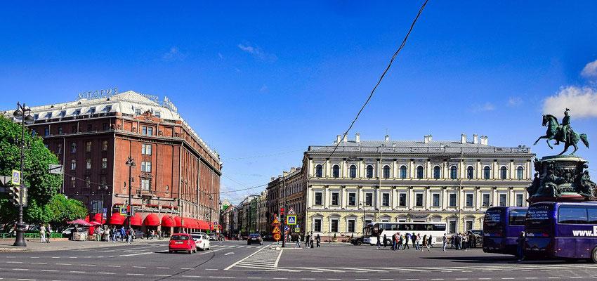 Hotel Astoria und die Reiterfigur Alexander II.