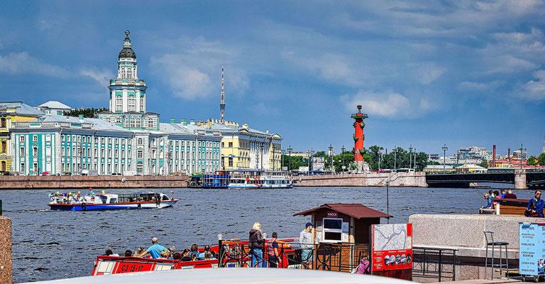Blick über die Newa zur Kunstkammer Leuchtturm