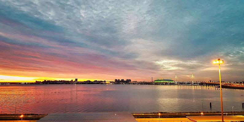 vom Schiff aus Blick zum neuen Zenit Stadion und zur Umgehungsstraße in der Nacht