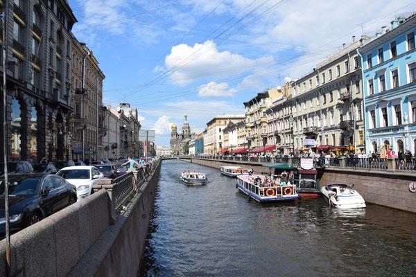 Kanal Boot im Hintergrund die Blutskirche