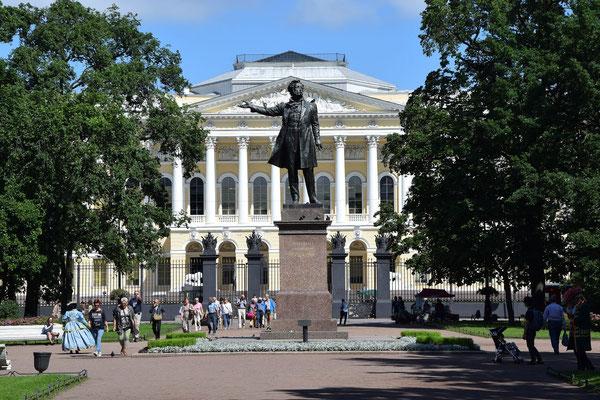 Platz der Künste - Russisches Museum im Hintergrund
