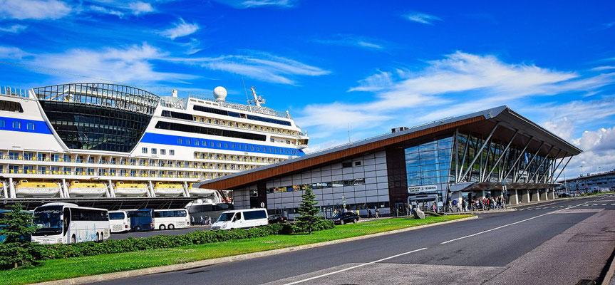 AIDA und Wartehalle im Hafen