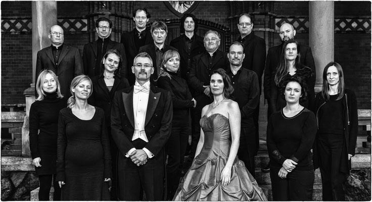 Dario Salvi (Dirigent), Andrea Chudak (Sopran) und die Preußische Philharmonie Berlin (Foto: Alex Adler)