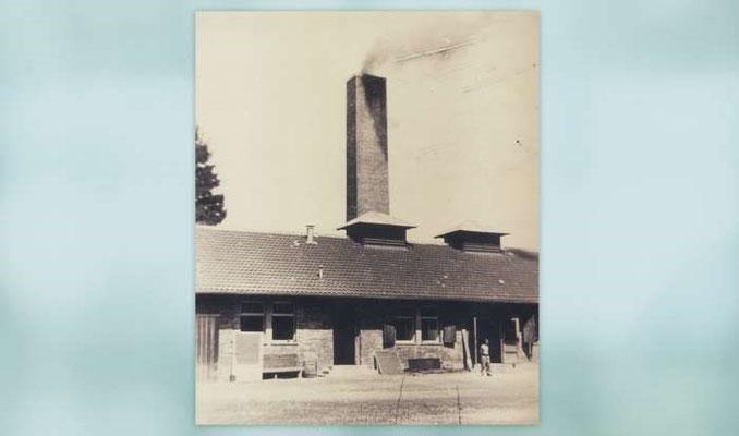 """Die """"Baracke X"""" in Betrieb, illegales Foto, Sommer 1944. Bild: KZ-Gedenkstätte Dachau."""