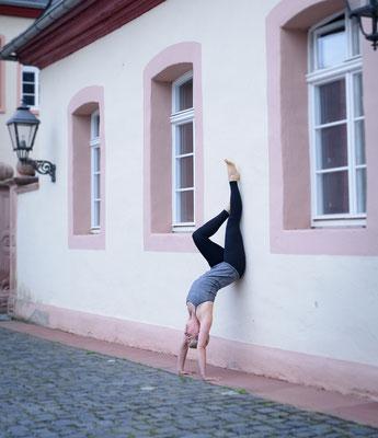 Julia Gröninger Yoga Friedberg / Bad Nauheim - Handstand