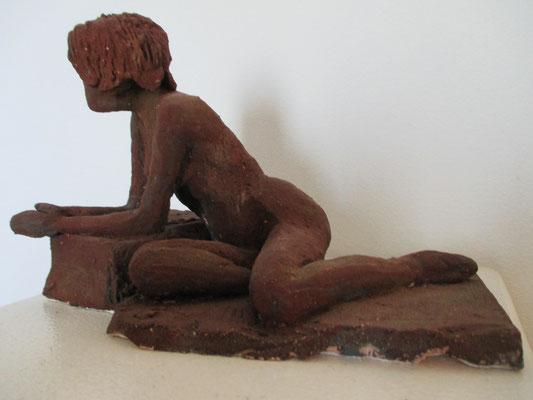 liegender Frauenakt, Keramik, Rostpatina
