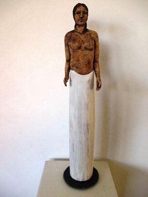 Oberkörper Keramik, Unterleib Holz im Wintage-Look
