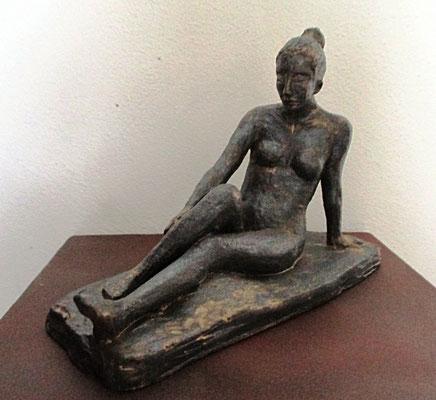 Frauenakt, sitzend, Bronzeglasur