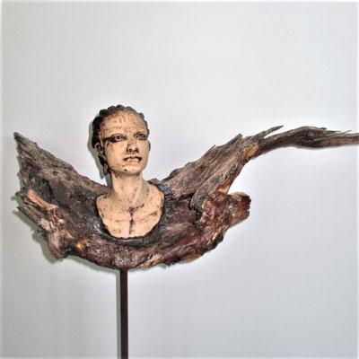 Engel. Keramik-Schwemmholz, ca. 70 cm