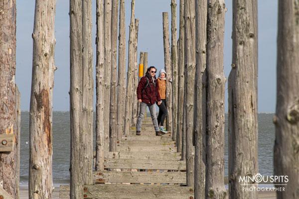 Spelen op de steiger voor de boot naar Vlieland, Paal 9
