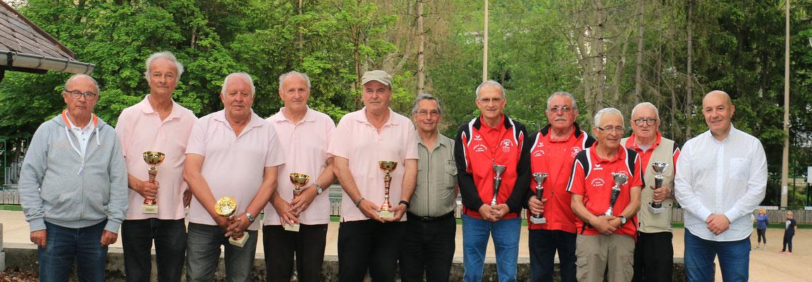 les deux équipes finalistes aux côtés de Jean Pierre Eyraud (Président du District ), Alain Boisramé (responsable du déroulement du championnat), Pascal Paoli (président de la BFG)