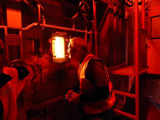 Andreas Walker ist fasziniert vom gewaltigen Feuer in der Brennkammer.
