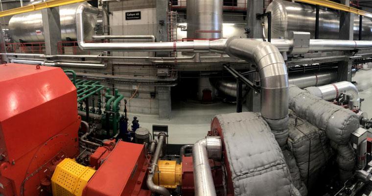 Generator und Dampfturbine: Im Herzstück der Renergia wird mittels einer Dampfturbine (rechts) und einem Generator (links) Strom erzeugt.