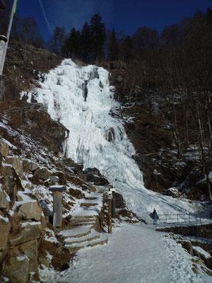 Spektakulärer Wasserfall im Winter