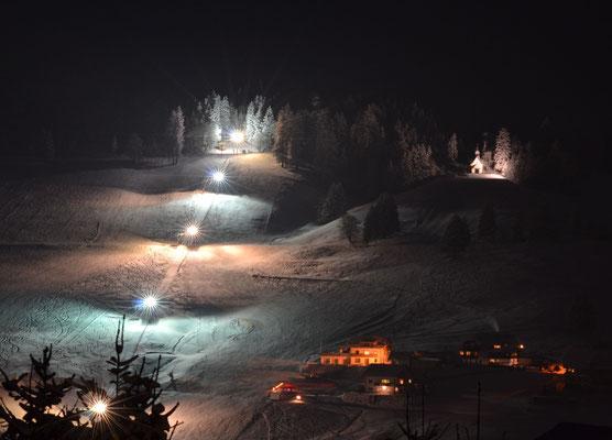 Nachtskilauf bei Flutlicht