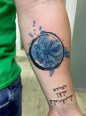 tatuaje brújula vikinga
