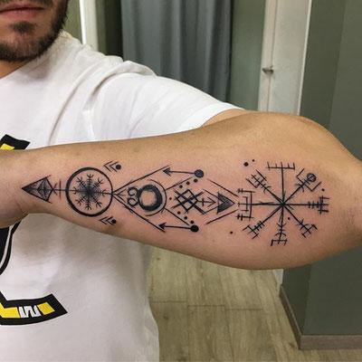 tatuaje brujula vikinga